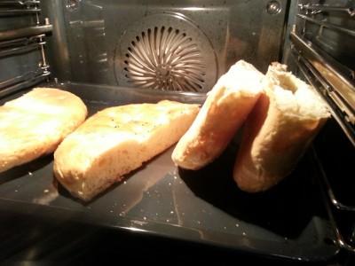 die Fladenbrote werden halbiert und im Ofen erwärmt